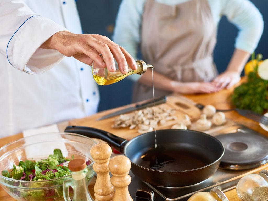 Olivenöl in der Küche zum Kochen